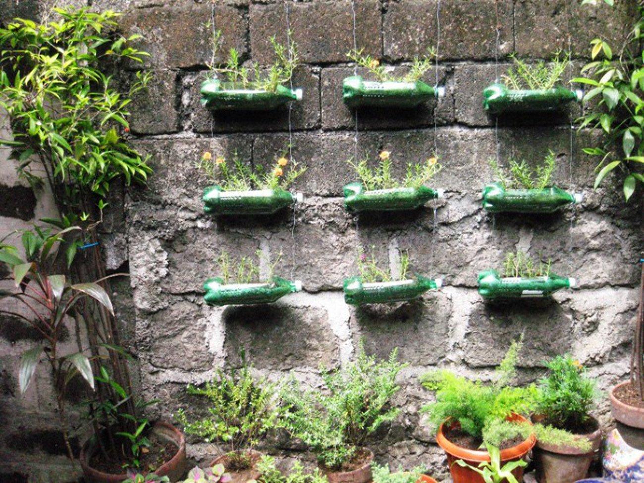 Поделки из стеклянных бутылок для сада и огорода фото
