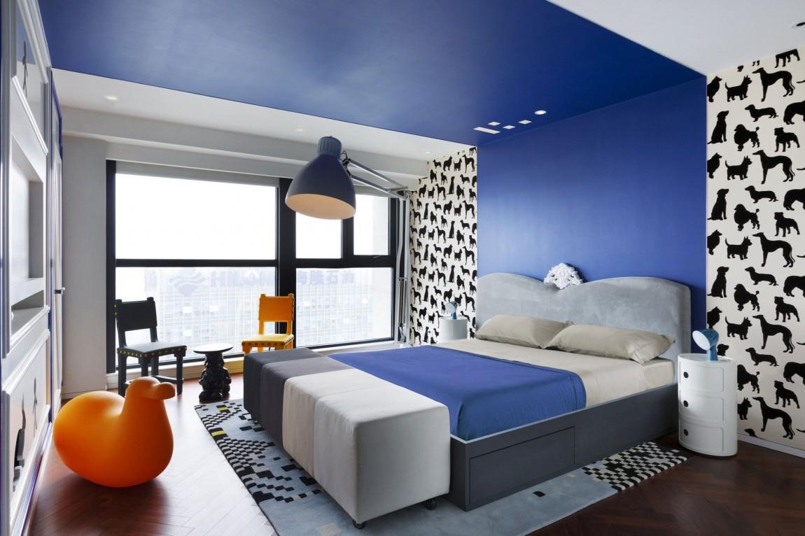 Appartement-chinois-déco-colorée-chambre-avec-bande-de-peinture-bleue-au-plafond