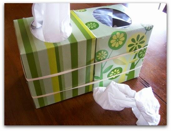 Une boite vide accrochée à une boite pleine pour jeter vos mouchoirs