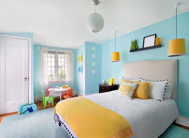 chambre-enfant-bleu-ciel-peinture-lit-cuir-literie-jaune