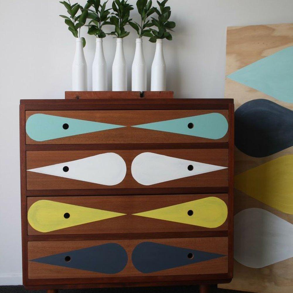 customiser_un_meuble_en_bois_vintage_avec-de_la_couleur