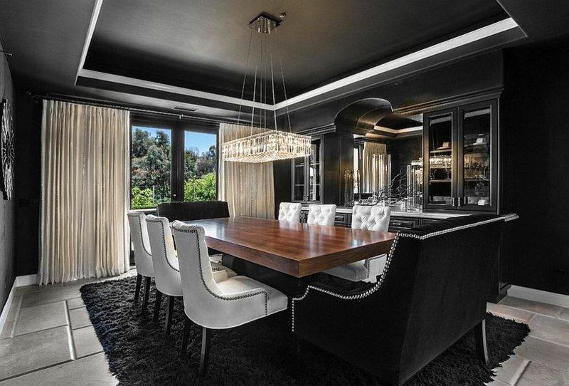 deco-salle-manger-noire-tapis-murs-plafond-noir-chaises-blanches