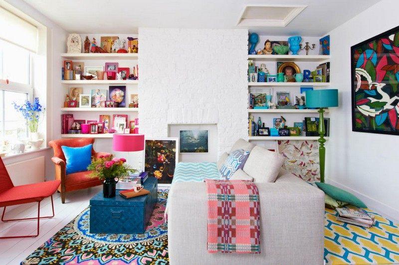 idee-deco-petit-salon-blanc-canape-gris-clair-fauteuil-orange-coffre-bleu-tapis-bariole