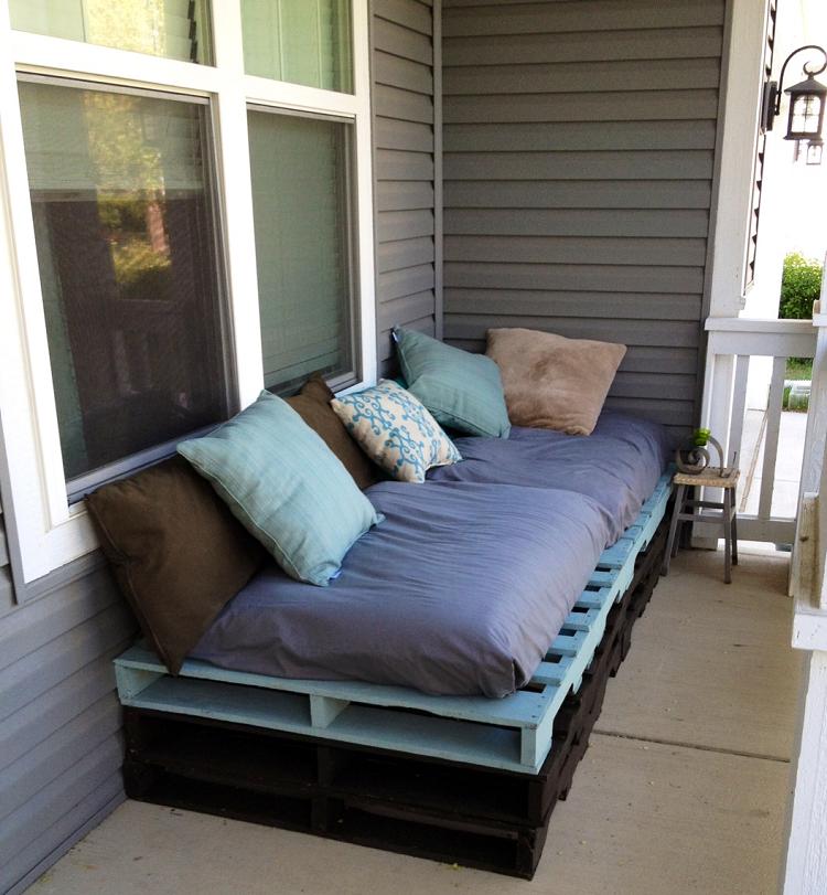 meubles-palettes-bois-canapé-confortable-coussins-décoratifs