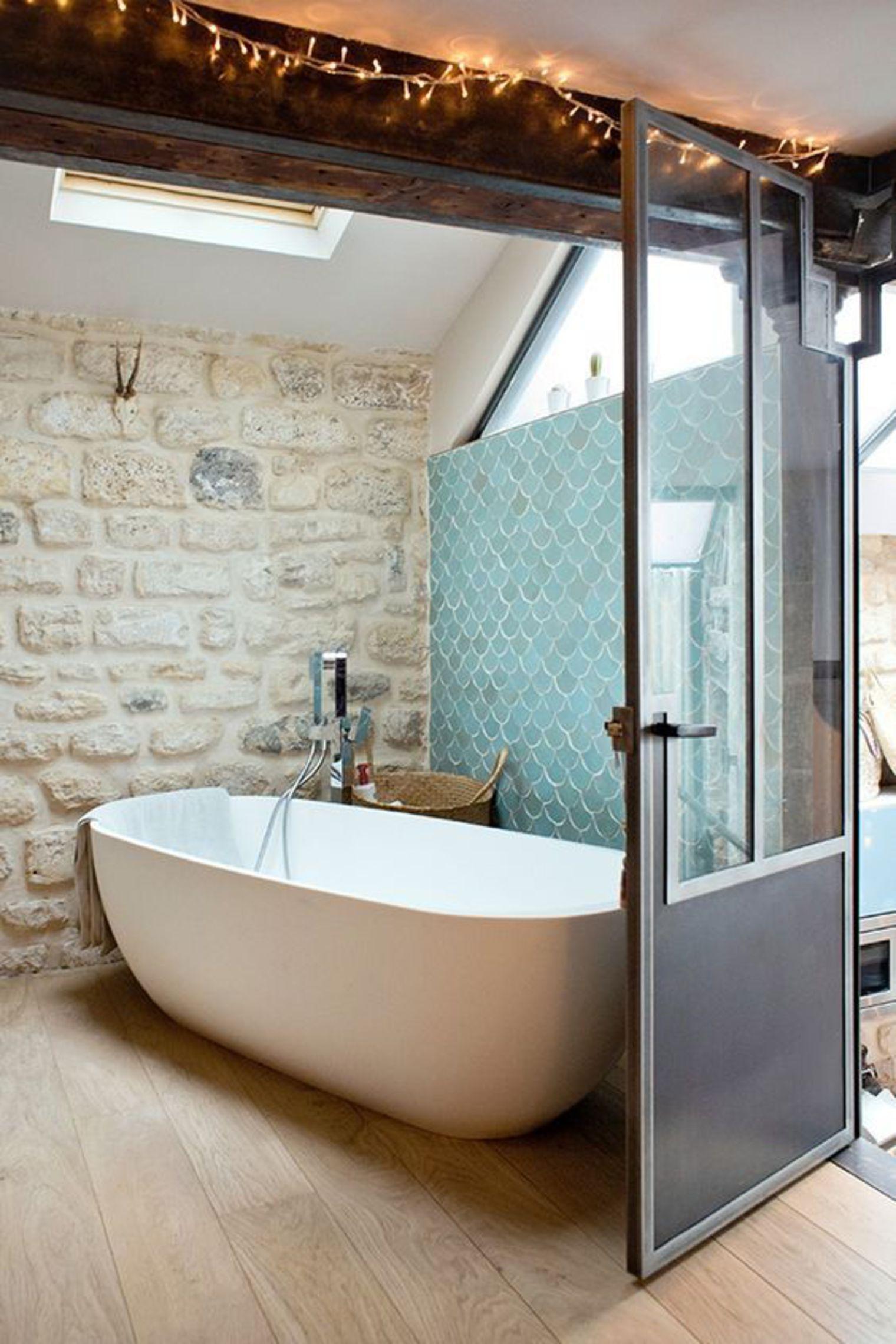 10 rev tements muraux qui dynamisent la salle de bain. Black Bedroom Furniture Sets. Home Design Ideas