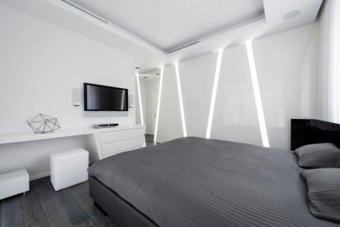 12-chambre-minimaliste-blanche-grise-mur-lumineux