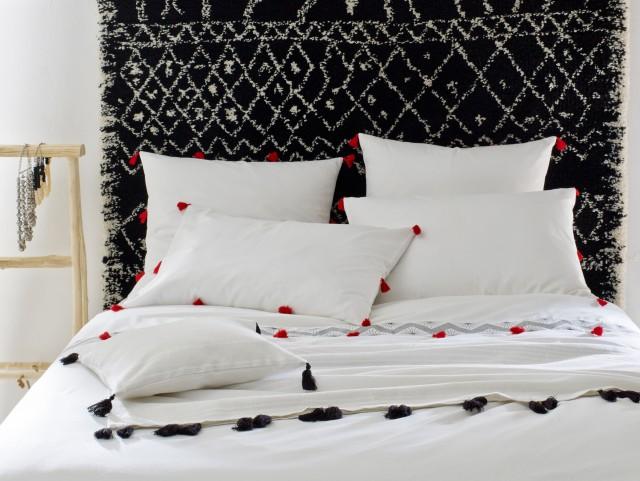 decoration murale au dessus du lit great une dco en noir et blanc avec des cadres poss sur une. Black Bedroom Furniture Sets. Home Design Ideas